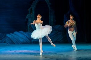 A male and a female ballet dancers